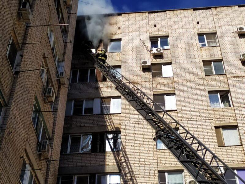 25 человек эвакуировали из горящей многоэтажки в Волжском