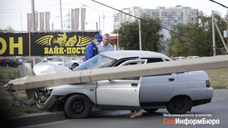 Стала известна причина жесткого ДТП в Волгограде, когда ВАЗ влетел в столб
