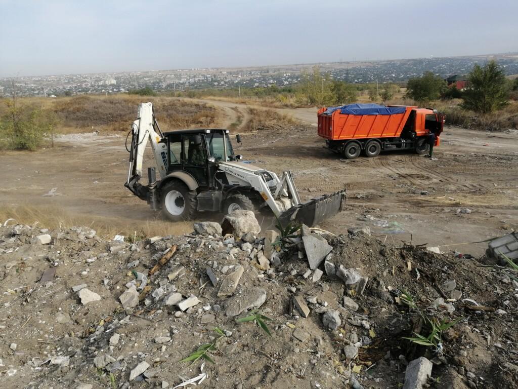 В Волгограде расчищают незаконную свалку с 10-летней историей