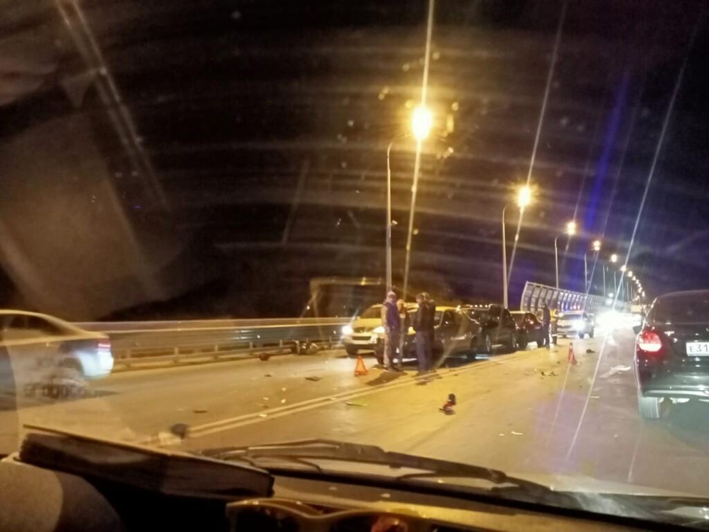 Мотоциклист погиб на месте: жуткая массовая авария на «танцующем» мосту в Волгограде