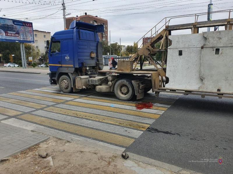 Шла по «зебре» на зеленый: в Волгограде фура сбила 80-летнюю женщину