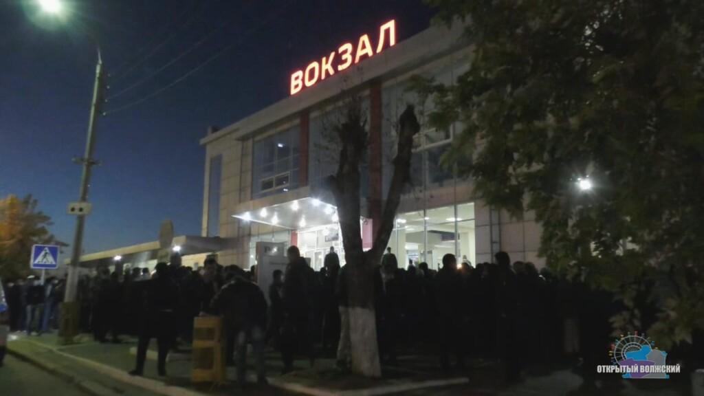Сотни узбеков съезжаются со всей страны в Волжский и штурмуют вокзал