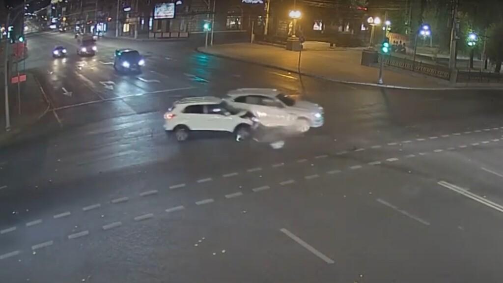 В центре Волгограда автоледи на «Jaguar» протаранила «Hyundai» (видео)