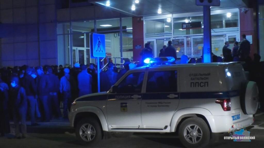 Узбеки больше не будут штурмовать вокзал в Волжском