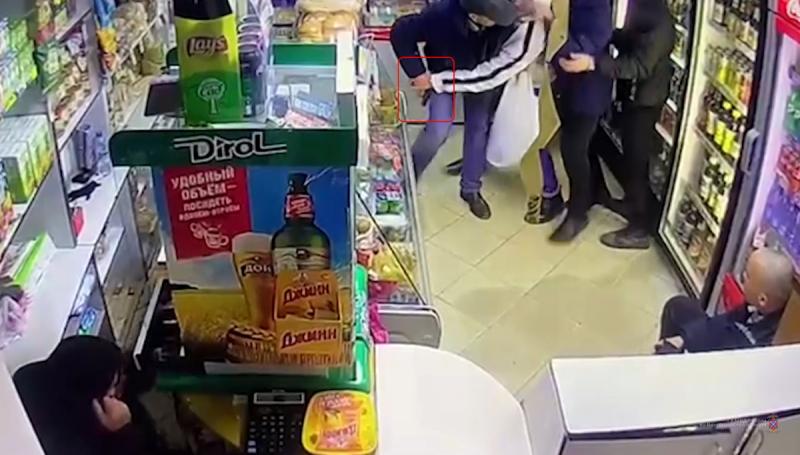 63-летний волжанин достал пистолет в магазине