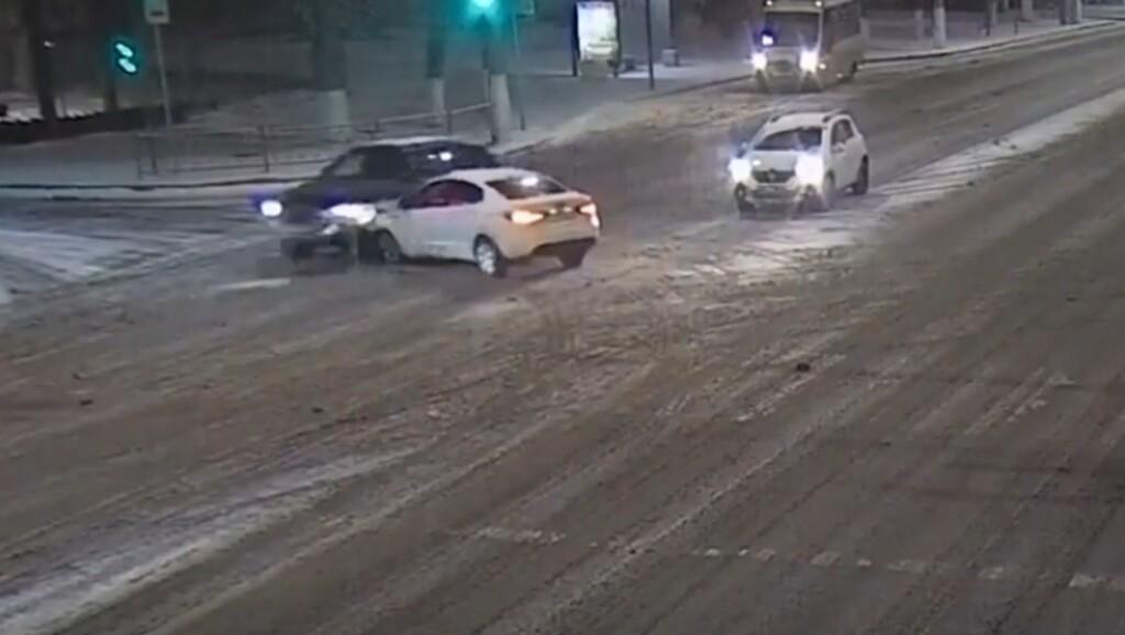 Нарушил водитель, а пострадала 20-летняя пассажирка: ДТП в центре Волгограда (видео)