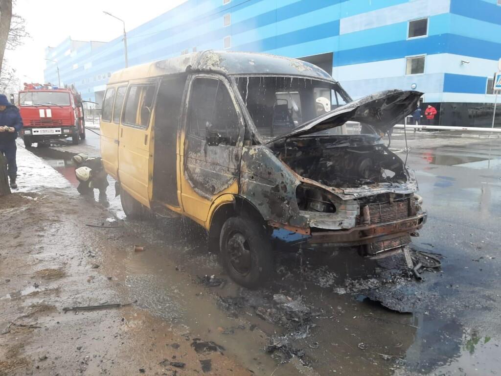 Маршрутка и «Кадиллак» сгорели в Волгоградской области