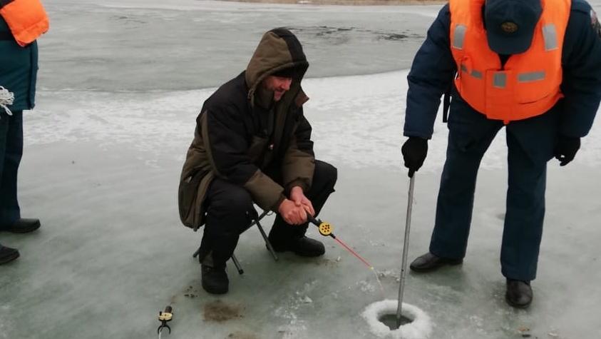 Эксперты назвали лед на волгоградских водоемах небезопасным