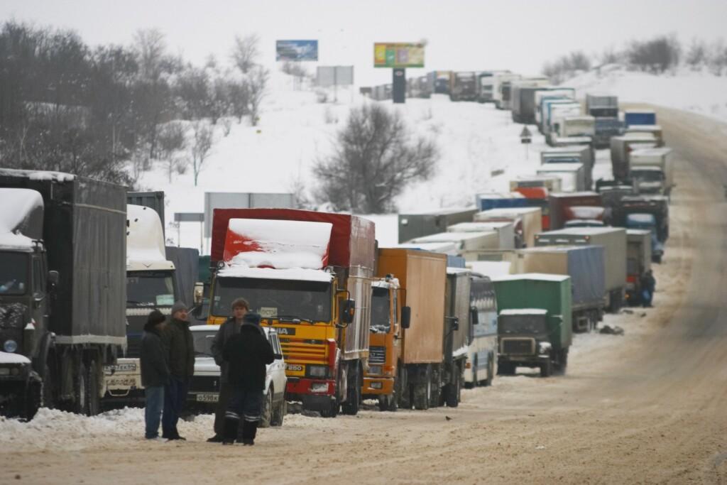 166 машин чистят волгоградские трассы от наледи и снега 17 декабря