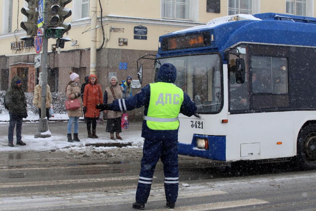 Легковушка влетела в пассажирский троллейбус 18 января в Волгограде