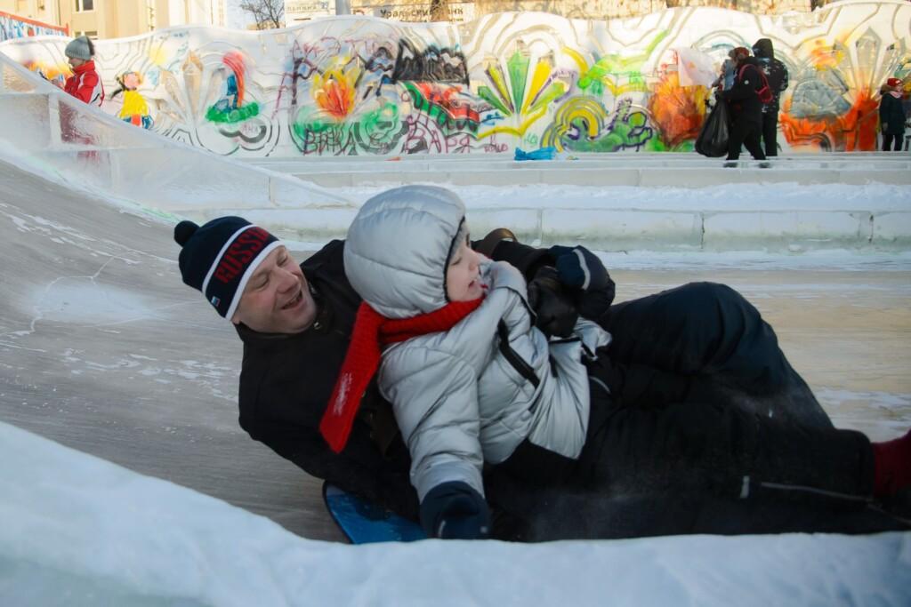 В Волгограде открыли пятиметровые бесплатные ледяные горки