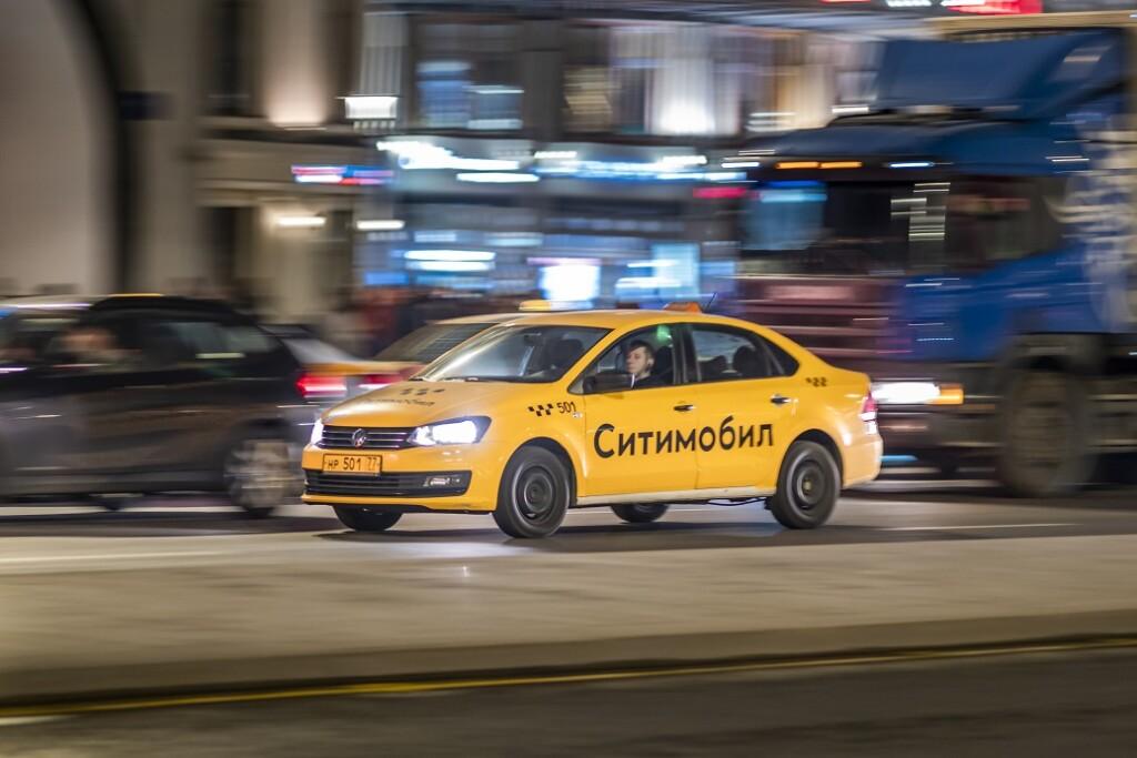 В Волгограде 30 машин такси бесплатно возят врачей на вызовы