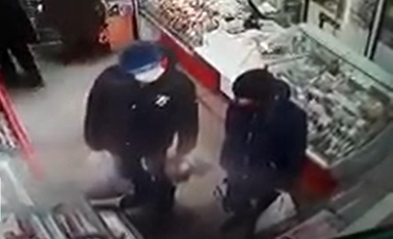 Молодые парни отоварились в магазине на найденную банковскую карточку пенсионерки
