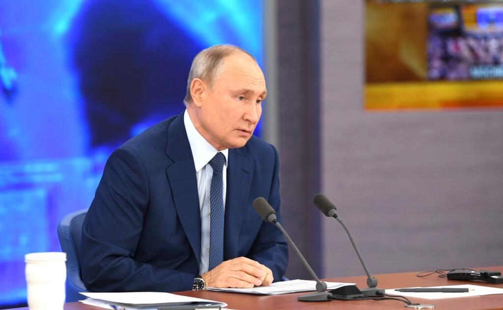 Владимир Путин рассказал, почему зарплата учителя и уборщицы одинакова