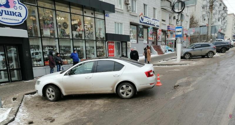 В центре Волгограда сбили женщину на остановке