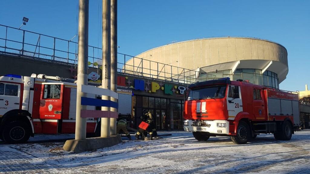 Несколько пожарных машин съехались к зданию цирка в Волгограде