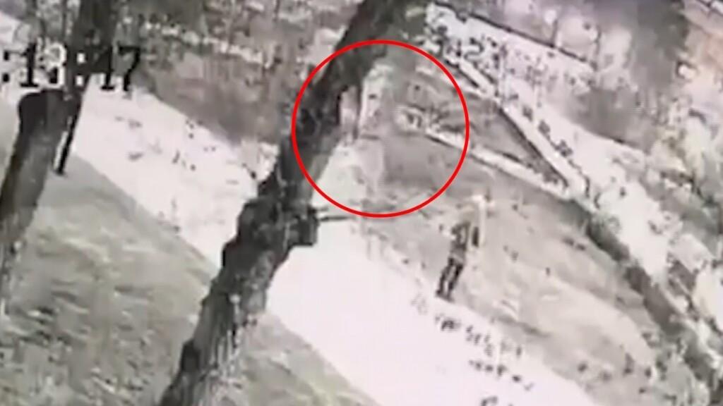 Не вандалы, а ветер: найден виновник повреждения библиотеки у собора Александра Невского