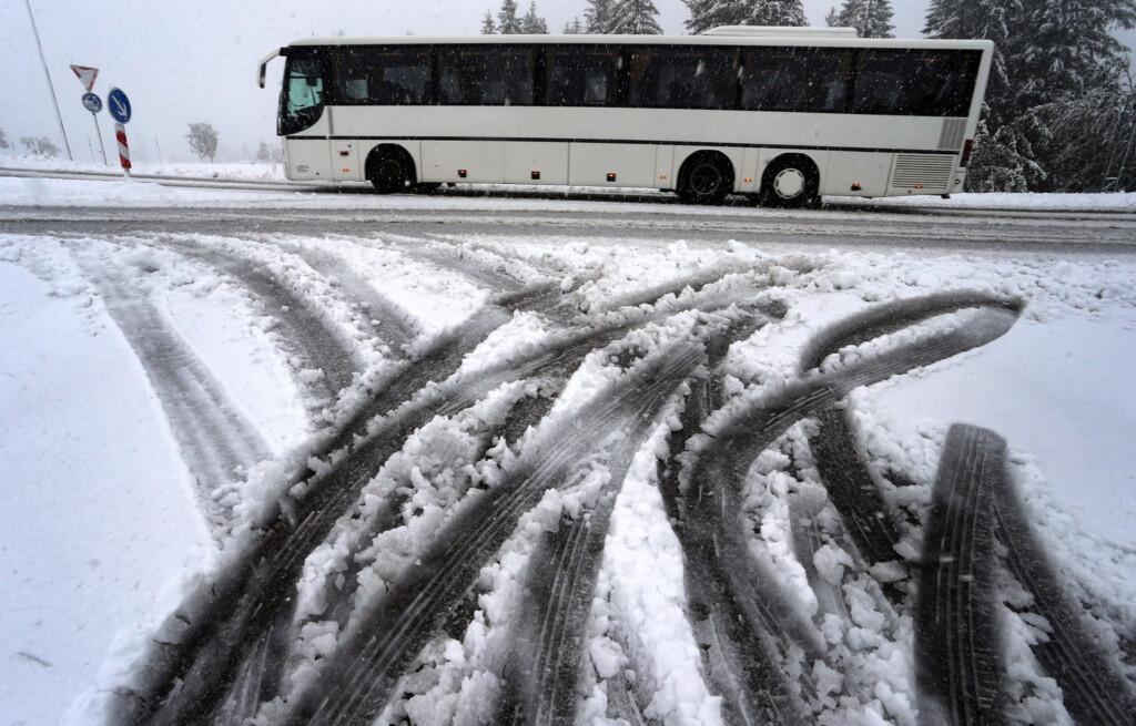 «Снега будет еще много»: на дорогах Волгограда и области дежурят снегоуборочные машины