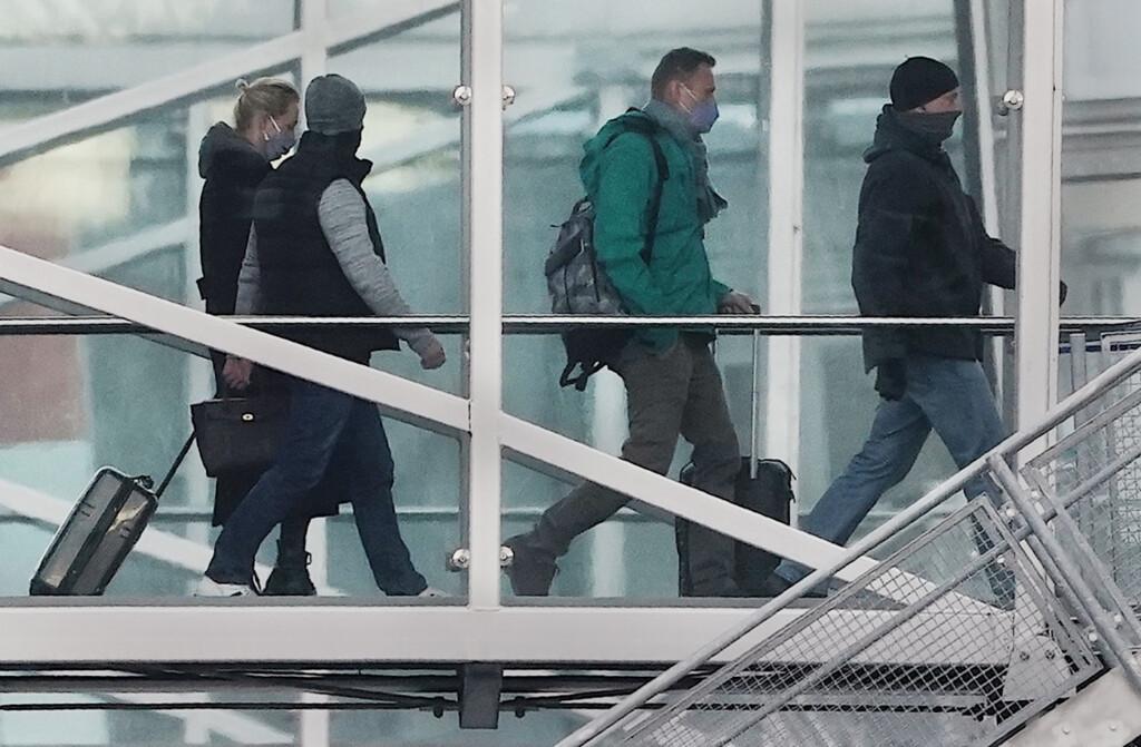 «Это гениально». Самолет с Алексеем Навальным приземлился в другом аэропорту