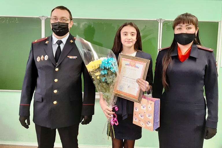 12-летнюю волгоградку наградили полицейские