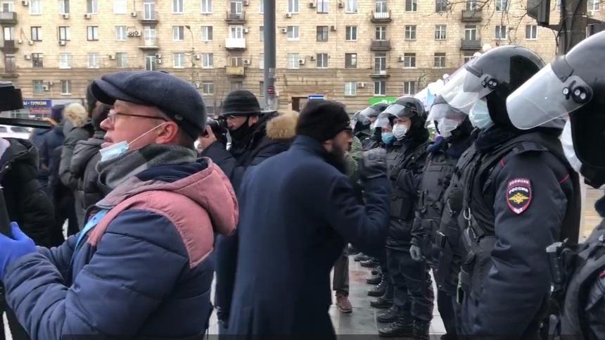 Митингующие в Волгограде уперлись в живое оцепление на подходе к администрации