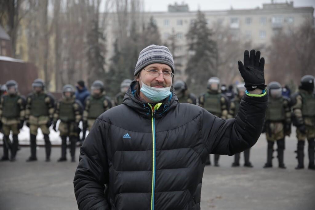 Представители штаба Навального в Волгограде призвали людей разойтись по домам, назвав полицейских бандитами