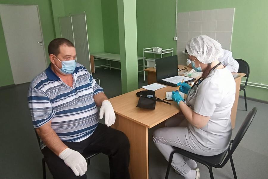 Волгоградцев начали прививать «ЭпиВакКороной»