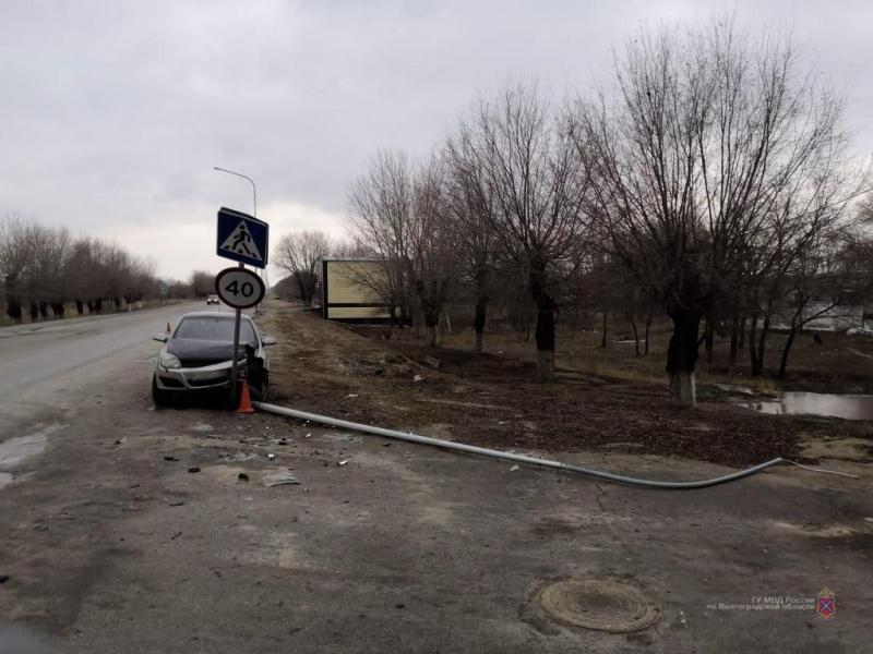 Крымчанин на «Опеле» снес фонарный столб под Волгоградом