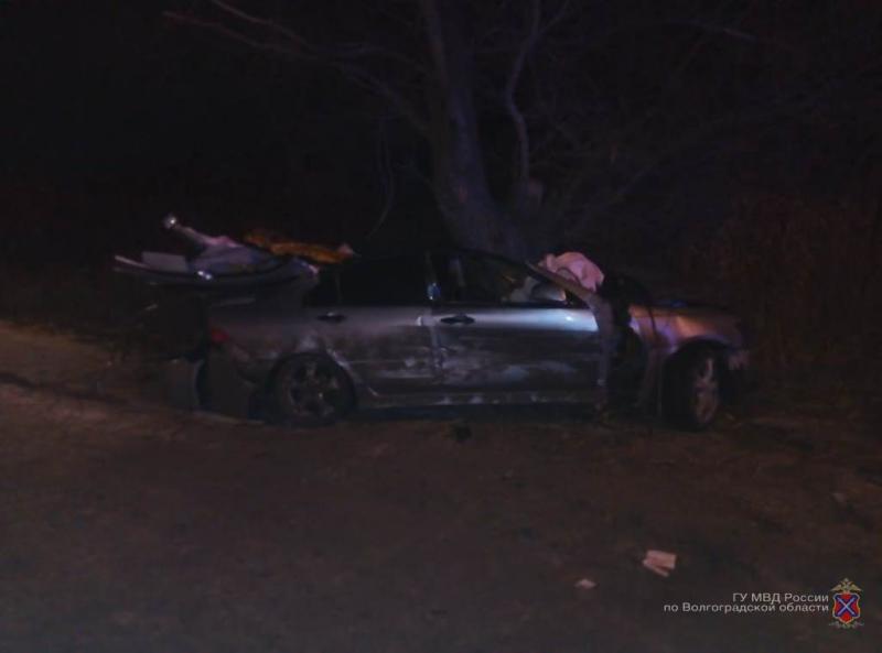 В Волгограде автоледи оказалась в больнице в канун Рождества после наезда на ВАЗ и дерево