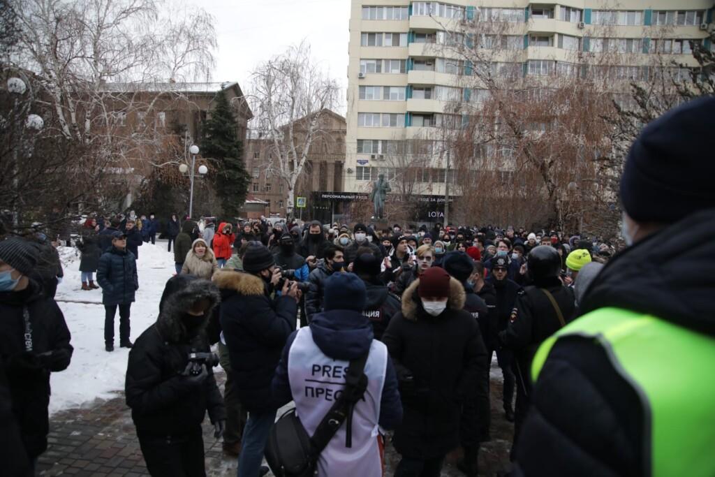 КАМАЗы с росгвардейцами прибыли к зданию областной администрации в Волгограде 23 января