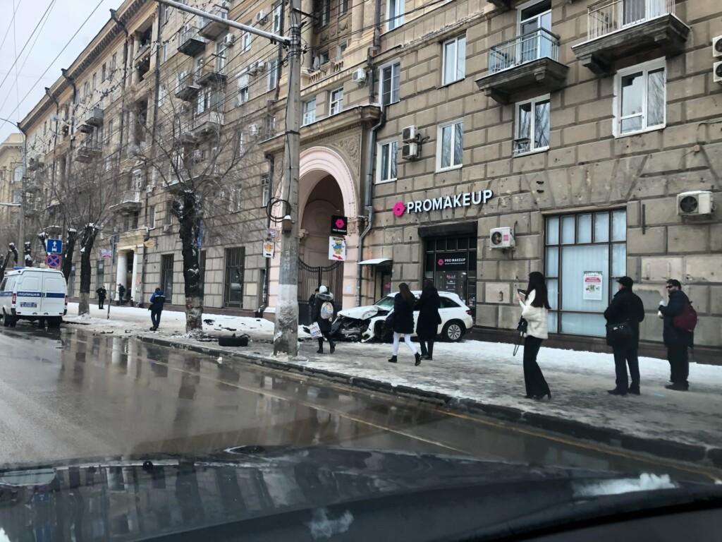 Сначала «встречка», потом дерево: в центре Волгограда вдребезги разбился «Mercedes» (ВИДЕО)