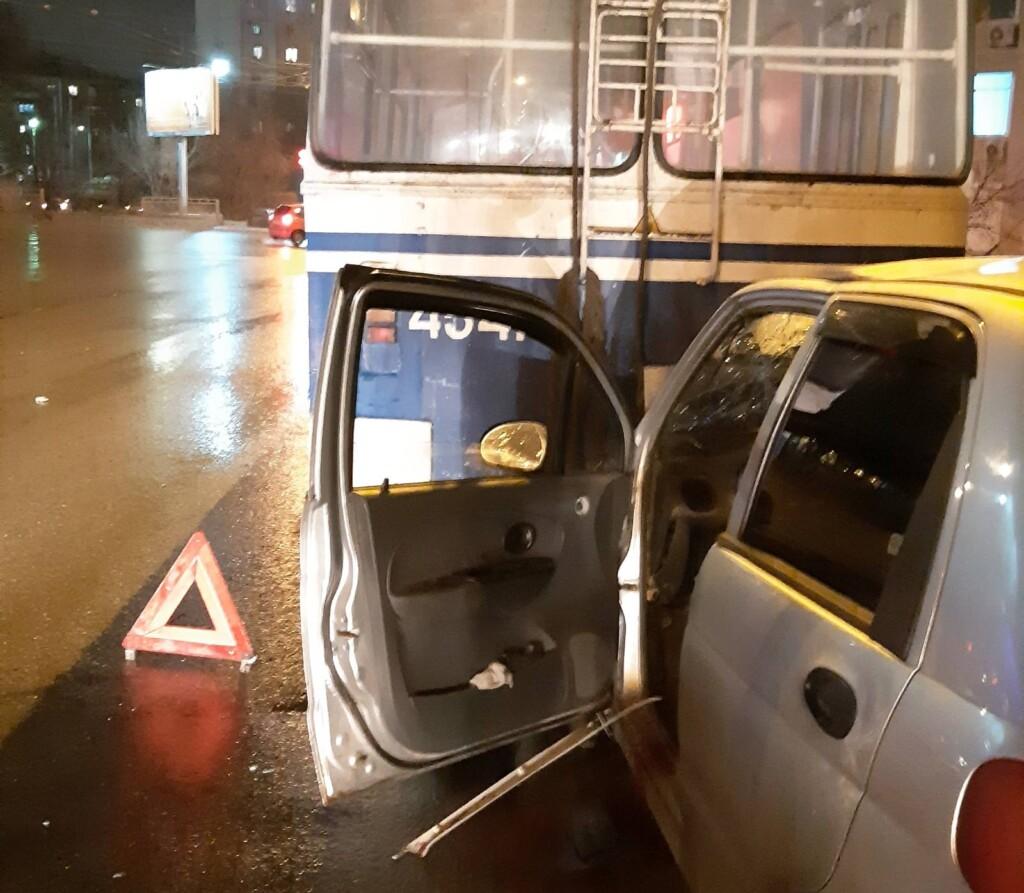 В МУП «Метроэлектротранс» рассказали об аварии троллейбуса и легковушки