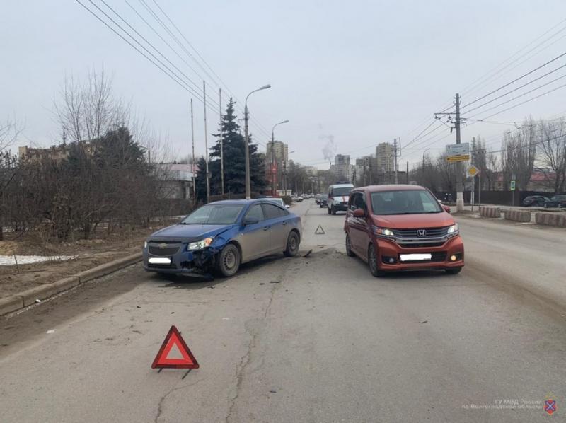 В Волгограде молодые водители устроили две аварии