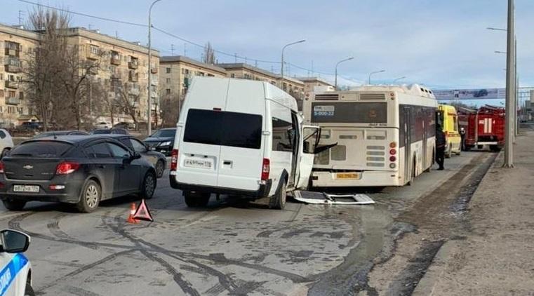 Число пострадавших в столкновении маршрутки и автобуса увеличилось