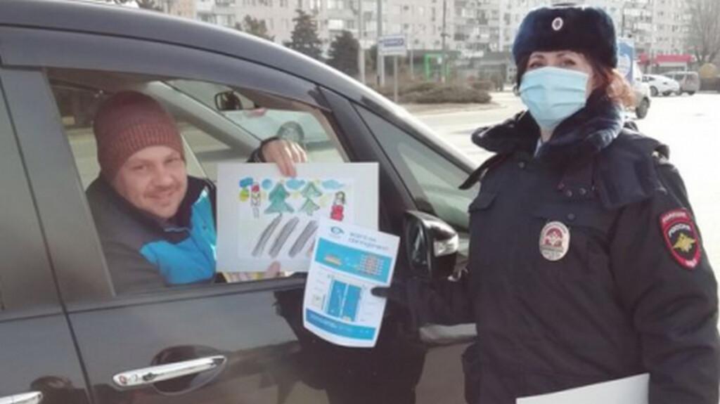 Детские рисунки вместо штрафов «раздавали» водителям сотрудники ГИБДД в Волжском