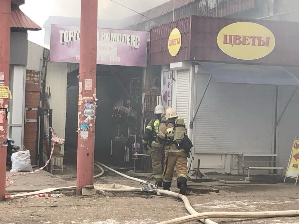 """""""Едкий дым и непотушенное пламя"""": пожар на Качинском рынке продолжается"""