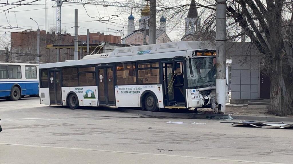 Стали известны обстоятельства столкновения троллейбуса с автобусом в Советском районе Волгограда