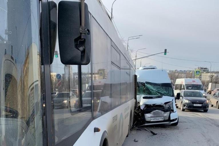 В столкновении маршрутки и пассажирского автобуса пострадали пять человек