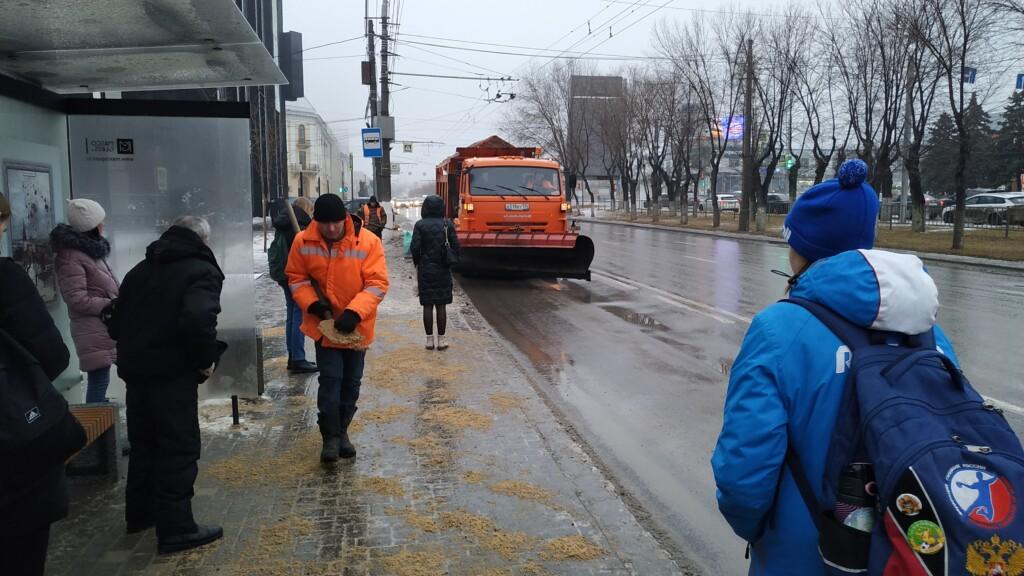 Дорожники продолжают борьбу с гололедом в Волгограде