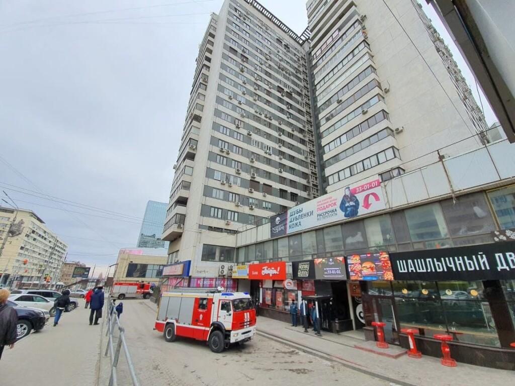 К высотке в центре Волгограда съехались пожарные