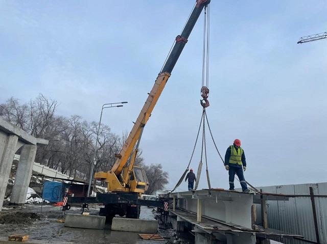 Через «нулевую» продольную в центре Волгограда строят пешеходный мост