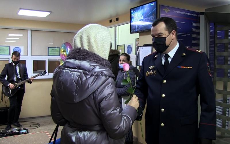 Под гитару и с цветами полицейские выдавали паспорта женщинам в Волгограде