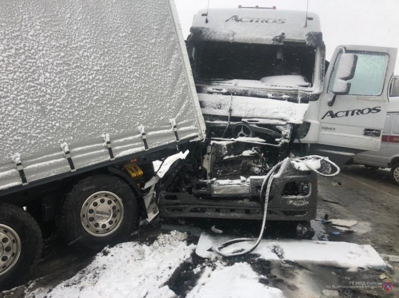 «Бились фуры и легковушки»: названы виновники массового ДТП на трассе под Волгоградом