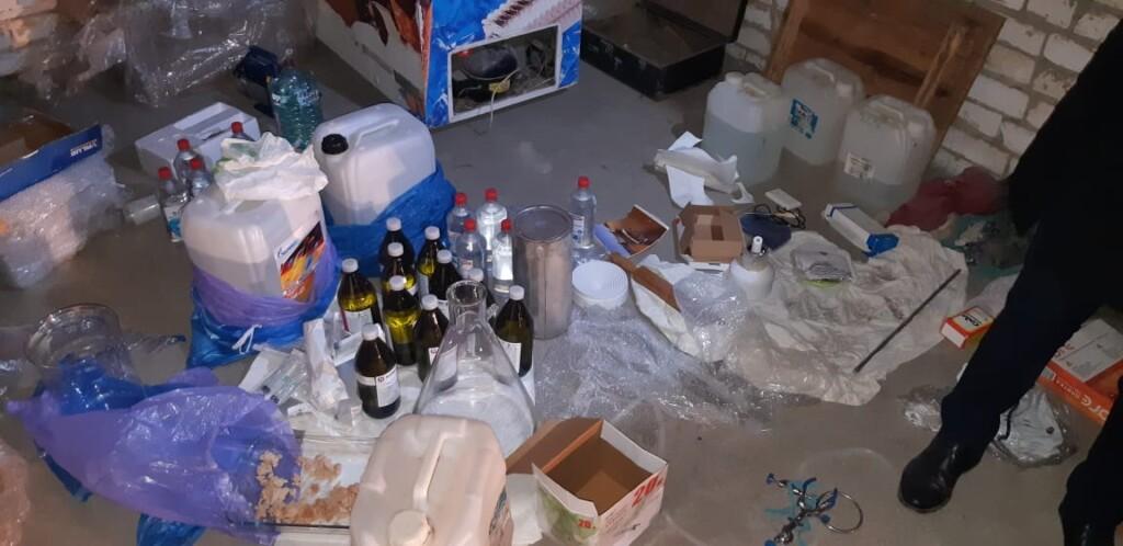 УФСБ обнаружило химлабораторию по производству наркотиков в гаражном боксе в Волгограде