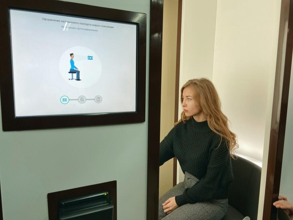 В волгоградском МФЦ сотрудницу, оформляющую загранпаспорта, заменили криптокабиной