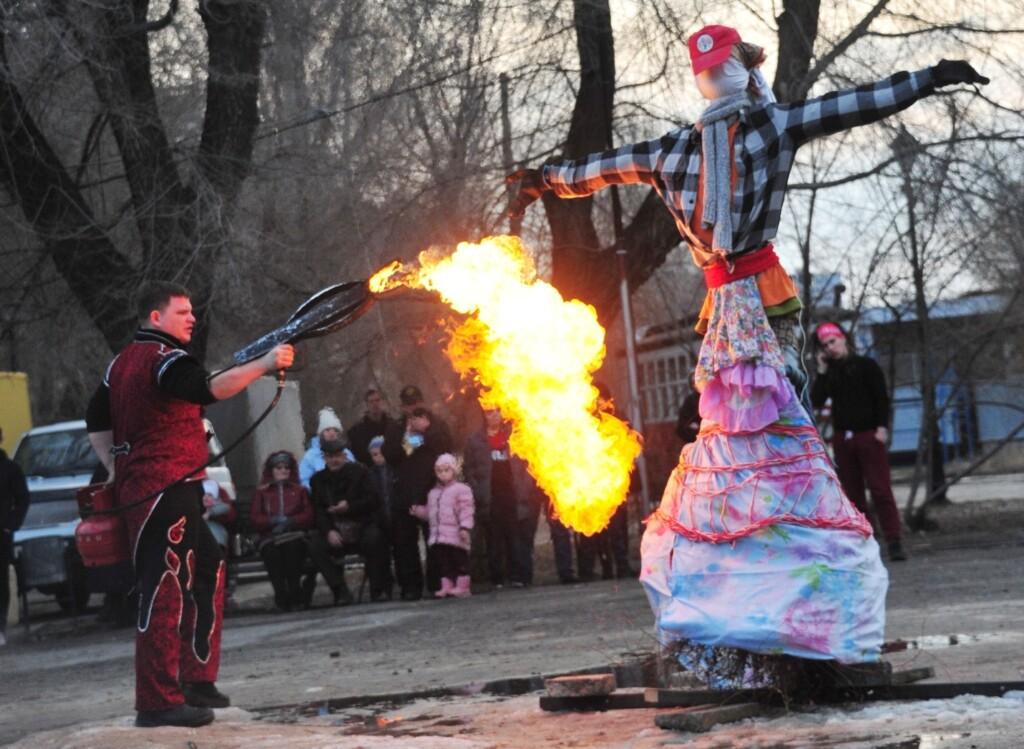 В Комсомольском саду Масленицу сожгут из огнеметов