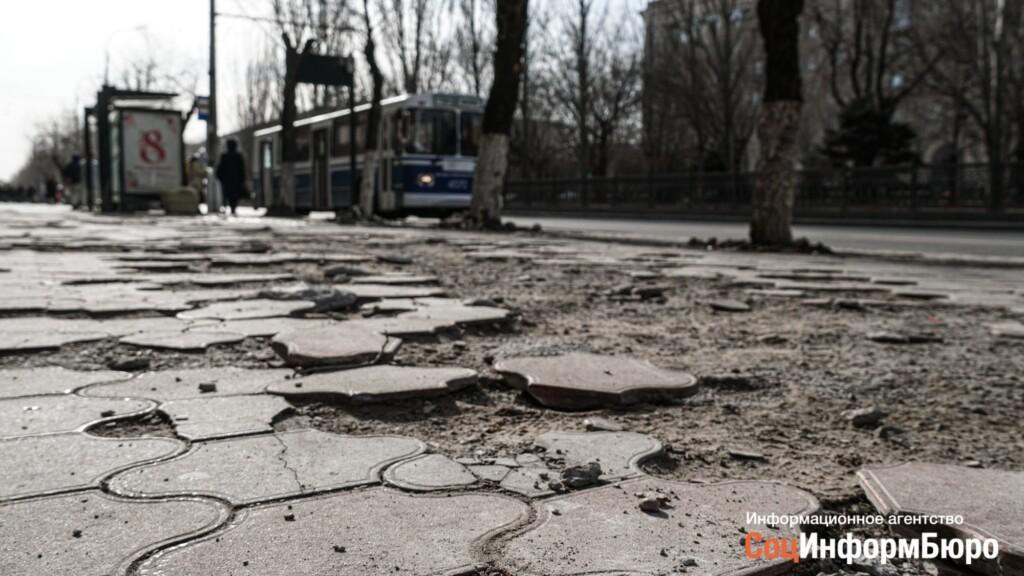 """Волгоградцам пообещали отремонтировать """"разбомбленный"""" тротуар с наступлением тепла"""