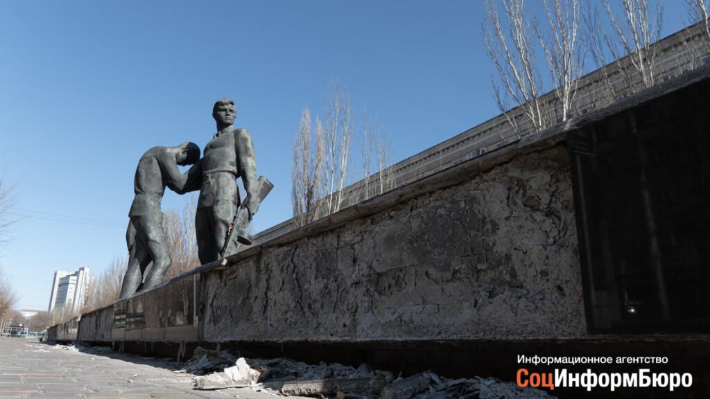 «Быстро не получится»: памятник Героям-комсомольцам в центре Волгограда будет стоять с облупившейся плиткой еще неопределенный срок