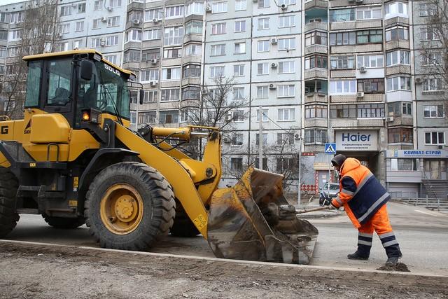 В Волгограде усиленно убирают дороги и тротуары