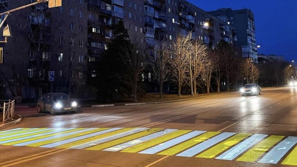 Жители Волжского раскритиковали новый проекционный пешеходный переход